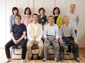 会員と顕彰碑設置場所を提供した岩田秀樹さん(後列右端)
