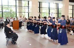 剣道の素振りを山口知事(左)に披露する大和中の選手ら=佐賀市の県庁県民ホール