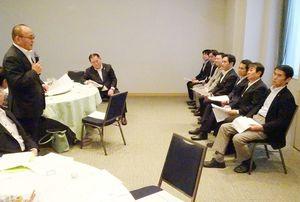 JA佐賀中央会の金原会長(左)の要請に耳を傾ける佐賀県関係国会議員=東京・永田町の全国町村会館