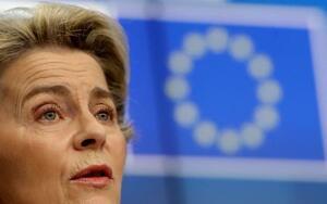 記者会見するフォンデアライエン欧州委員長=25日、ブリュッセル(AP=共同)