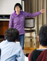 「1人で抱え込むと一本の道しか見えない」と仲間づくりの大切さを話す土肥いつきさん=佐賀市の県教育会館