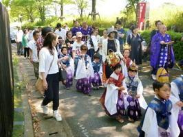 東妙寺開創740年大祭で石塔院から練り歩く稚児行列。子どもたち約20人が参加した=吉野ヶ里町の吉野ケ里歴史公園近く