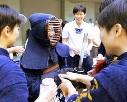 剣道女子個人 決勝を接戦で制し、チームメートから祝福を受ける三養基の白水みつき(中央)=佐賀市の諸富文化体育館ハートフル