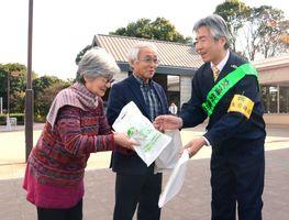 交通労働災害の未然防止に向け、パンフレットなどが配られた=佐賀市の金立サービスエリア