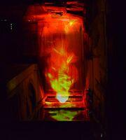 新作の「忘れ去られていた地下道の朽ち果てていく場に永遠に憑依する炎」=武雄市の御船山楽園