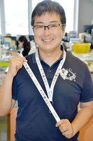 コンテストで大賞を受賞したストラップを手にする水田さん=白石町役場