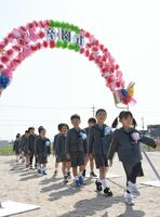 青空の下、元気よく入場する園児たち=佐賀市川副町の鳳鳴乃里幼稚舎