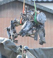 回収されるAH64D戦闘ヘリコプターのメインローターヘッド=8日午前10時9分、神埼市千代田町