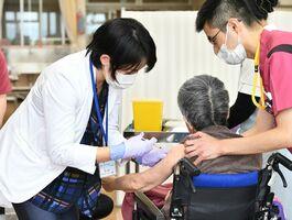 新型コロナウイルスワクチンを接種する高齢者施設の利用者=12日午後、佐賀市の特別養護老人ホーム「つぼみ荘」(撮影・山田宏一郎)