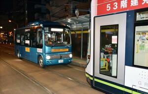 広島市で行われた、路面電車の軌道敷地内をバスに自動で走らせる実験=17日未明