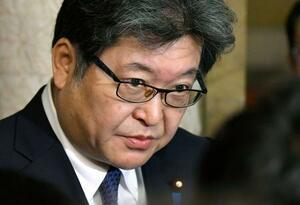 閣議後に記者会見する萩生田文科相=28日午前、国会
