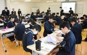考えた予算案をワークシートに書き込む生徒たち=佐賀市の佐賀大学教育学部附属小