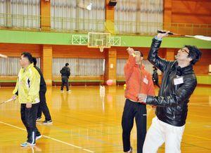 佐賀市民と在住外国人がスポーツを通じて親睦を深めた交流会=佐賀市立体育館