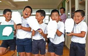 浮立面の土台を完成させ、笑顔を見せる児童たち=鹿島市音成の七浦小学校