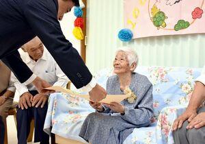横尾俊彦多久市長からお祝い状を受け取る閉籠壽子さん=多久市