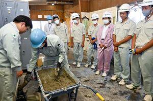 製品検査の指導を受ける高志館高の生徒=神埼市の佐賀宇部コンクリート工業佐賀工場