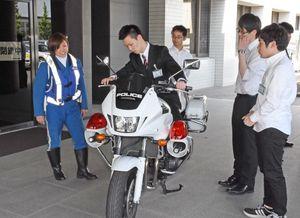 実際に白バイにまたがる参加者=佐賀市の県警本部