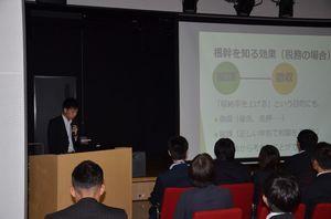 職員有志が自ら研究したテーマを発表した「未来づくり研究会発表会」=唐津市の大手口センタービル