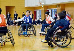 八島京子さん(右)や山口祥義知事(左から2人目)とともに車いすバスケットを体験する生徒たち=佐賀市兵庫北の佐賀清和高