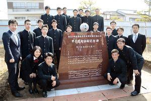 記念碑を囲む、早稲田佐賀野球部の3年生たち=唐津市の早稲田佐賀中高