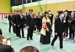 県農業大学の卒業式で教職員の拍手の中、退場する卒業生=佐賀市川副町の同校