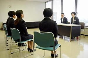 主要企業の選考活動が解禁され、県内でも学生が面接に挑んだ=佐賀市の佐賀銀行本店