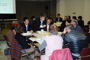 高レベル放射性廃棄物の埋設処分について意見を交わす参加者=唐津市西城内の市民会館