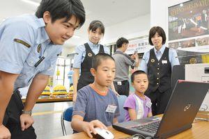 パソコンを使った切符の発券を体験する子どもたち=佐賀市のJR佐賀駅