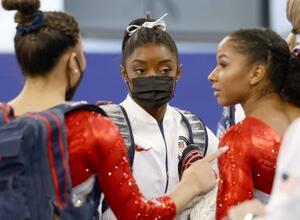 女子団体総合決勝でチームメートと話す米国のシモーン・バイルス(中央)=27日、有明体操競技場