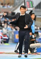 川崎との開幕戦で選手に指示を出すサガン鳥栖の金明輝監督。Jリーグの再延期決定も前向きに捉える=2月22日、川崎市の等々力陸上競技場
