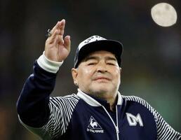 監督を務めるアルゼンチン1部・ヒムナシアの試合前に手を振るディエゴ・マラドーナ氏=3月、ブエノスアイレス(ロイター=共同)