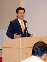 後援会役員を前に、知事選への立候補を報告した山口祥義氏=佐賀市の佐嘉神社記念館