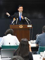 自衛隊輸送機オスプレイの佐賀空港配備計画受け入れを表明し、記者の質問に答える山口祥義知事=8月24日午後、佐賀県庁