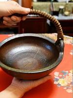 小腹を満たすイモを入れ、濱智子さんの父義勇さんのそばにいつもあった器。割れても金継ぎして大事に使った