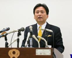 記者会見を開き、玄海原発3、4号機の再稼働への同意を表明した山口祥義知事=24日午後、佐賀県庁