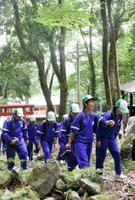 山開き式を終えて、軽快な足取りで登山する多良中学校の生徒たち=太良町の多良岳