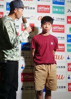 ボルダリングユース日本選手権・男子ユースCを制し、インタビューに答える通谷律(右)=鳥取県立倉吉体育文化会館