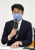武雄市で新型コロナウイルスの感染者が確認されたことを受け、記者会見で公共施設の閉鎖などを発表する小松政市長=市役所