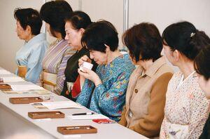 過去の体験会で、本格的な香木の香りを楽しむ参加者(提供写真)