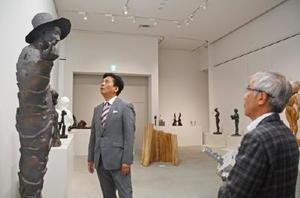 美協展100回記念大賞の作品を見上げる山口祥義知事(左)と先崎民憲理事長=佐賀市の県立博物館