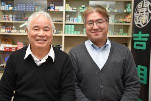 「歳の印」を制作した小林修二さん(左)伸語さん親子=武雄市武雄町の小林はんや