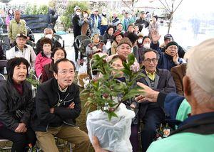 大きな声を張り上げてお目当ての商品を競り合う来場者たち=吉野ケ里歴史公園