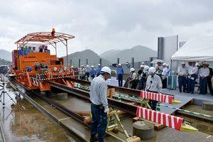 九州新幹線長崎ルートの建設現場の高架橋に敷設されるレール=嬉野市の嬉野温泉駅(仮称)建設予定地周辺