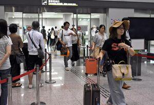 羽田からの深夜便で到着した利用客=8月9日午後11時半ごろ、佐賀市川副町の佐賀空港