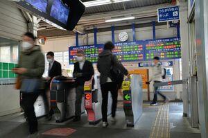 朝の通勤時間帯に鳥栖駅の改札を通る通勤客。マスク姿が目立ち、混雑する様子は見られなかった=8日午前8時10分ごろ、JR鳥栖駅