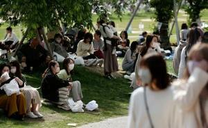 大阪市の天王寺公園でくつろぐマスク姿の人たち=4日午後