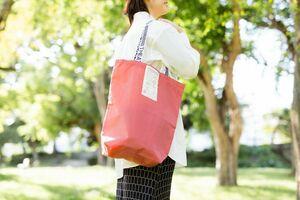 佐賀インターナショナルバルーンフェスタで使われた熱気球の球皮を再利用して作られたトートバッグ(県提供)