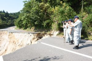 道路の陥没現場を視察する佐賀市議会議員=佐賀市富士町