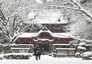 深い雪に覆われ、銀世界が広がる多久聖廟(せいびょう)=9日午後2時ごろ、多久市多久町(撮影・鶴澤弘樹)
