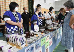 手作りの皿などを販売し、接客する生徒たち=唐津市の唐津特別支援学校